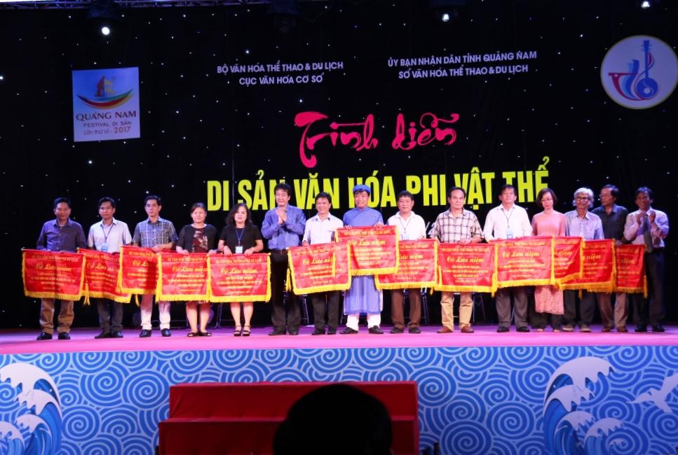 Ban tổ chức tặng cờ lưu niệm cho các đơn vị tham dự liên hoan. Ảnh: T.C