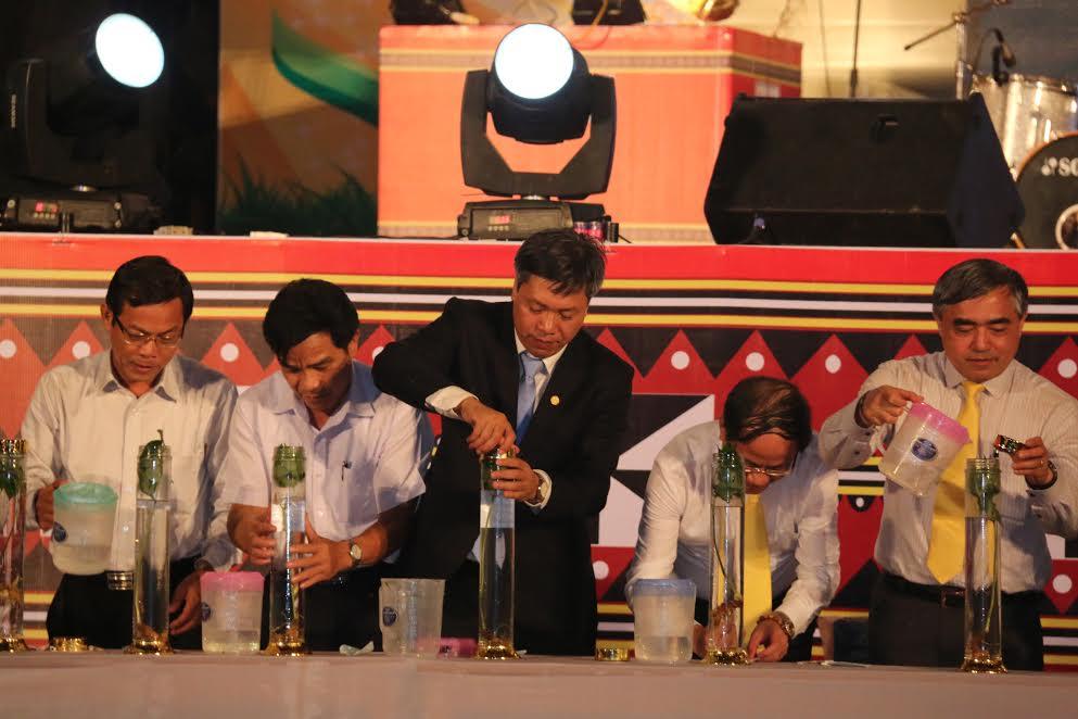 Những cán bộ, lãnh đạo từ trung ương đến địa phương ký tên vào bình rượu sâm Ngọc Linh để làm lưu niệm.