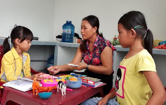 Cô Lê Thị Ánh Tuyết - Trưởng ban đại diện cha mẹ trẻ khuyết tật xã Bình Nguyên đang dạy cho các em khuyết tật bị câm, điếc. Ảnh: Biên Tân