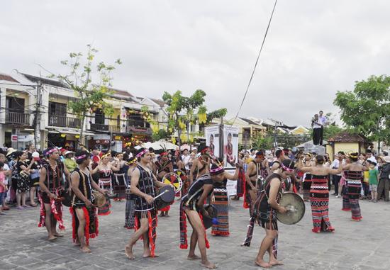 Các nghệ sĩ Cơ Tu trình diễn vũ điệu tâng tung da dá trên đường phố Hội An.