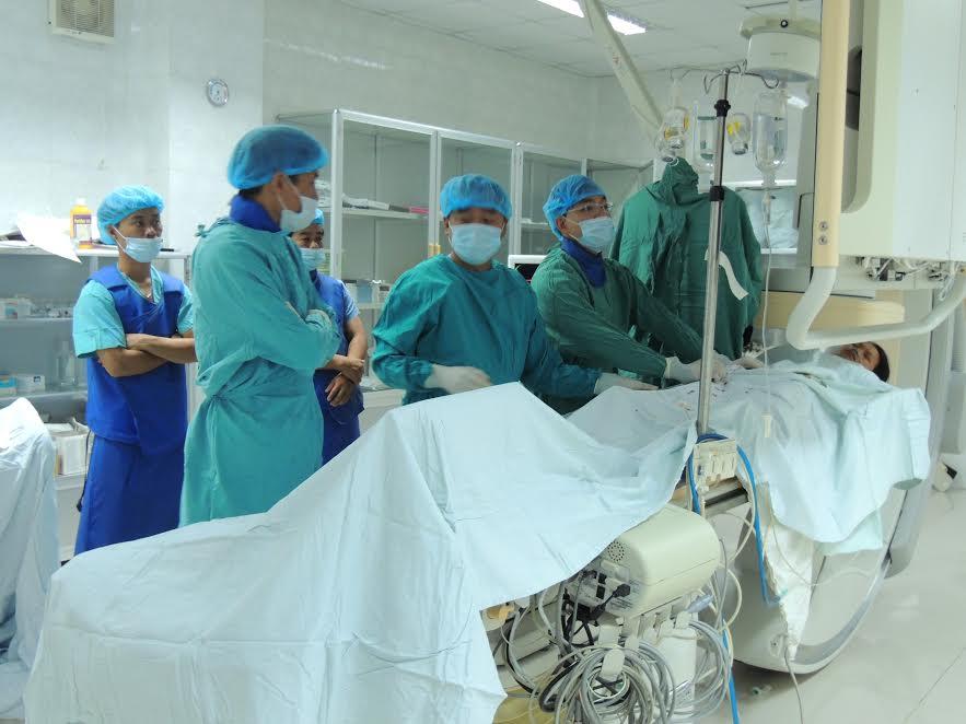 Can thiệp nội mạch bịt lỗ thông bằng dù tại BVĐK Quảng Nam sáng 11.6.