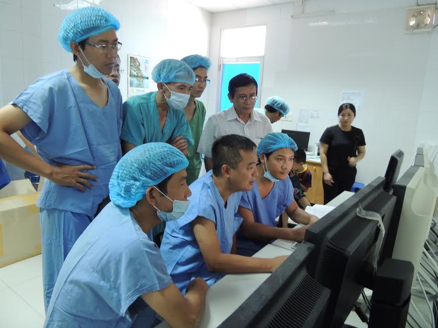 PGS.TS. Nguyễn Lân Hiếu (ngồi giữa) trao đổi kinh nghiệm với các bác sỹ BVĐK tỉnh.