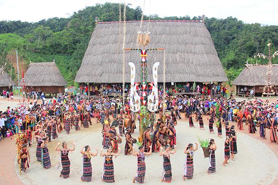 Không gian đậm đặc những sắc màu văn hóa trong ngày lễ trình diễn cây nêu của đồng bào các dân tộc thiểu số Việt Nam. Ảnh: ALĂNG NGƯỚC