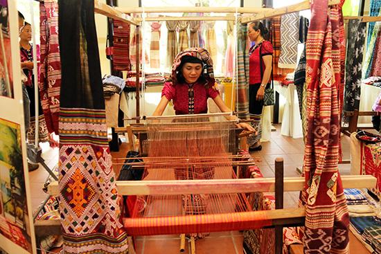 Các nghệ nhân mang đến festival tơ lụa những sắc màu độc đáo của thổ cẩm từng dân tộc, từng vùng.