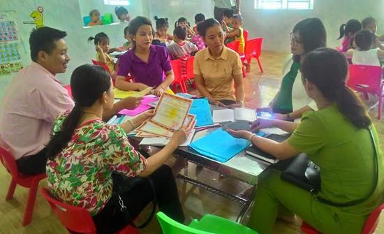 Giám sát một nhóm trẻ tại thôn Vĩnh Bình, xã Tam Thăng. Ảnh: LÊ THU