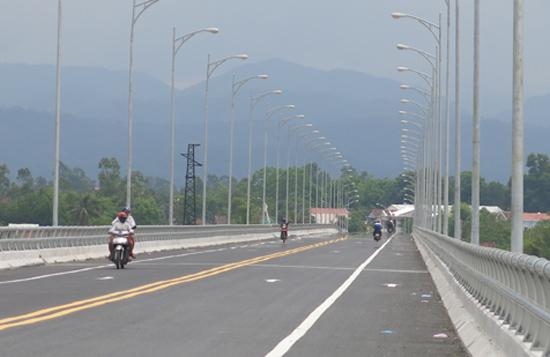 Cầu Giao Thủy hoàn thành kết nối tuyến giao thông từ đông sang tây. Ảnh: T.D