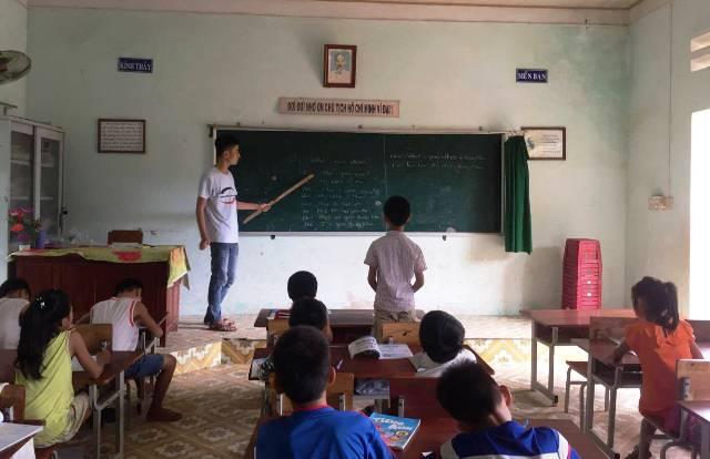 Lớp tiếng anh vì cộng đồng dành cho các em học sinh cấp 1, 2, 3 trên địa bàn xã Tam Dân. Ảnh: M.L