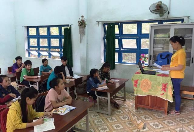 Giáo viên đứng lớp là những bạn sinh viên năm cuối trường Đại học Ngoại ngữ - Đại học Huế. Ảnh: M.L