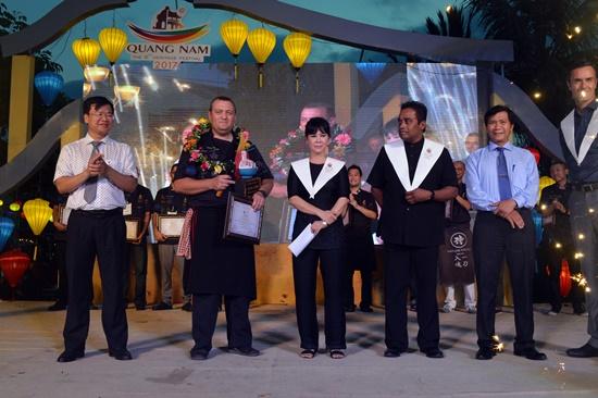 Đầu bếp David Lacroix (thứ hai trái qua) đạt giải nhất trong Thử thách cao lầu