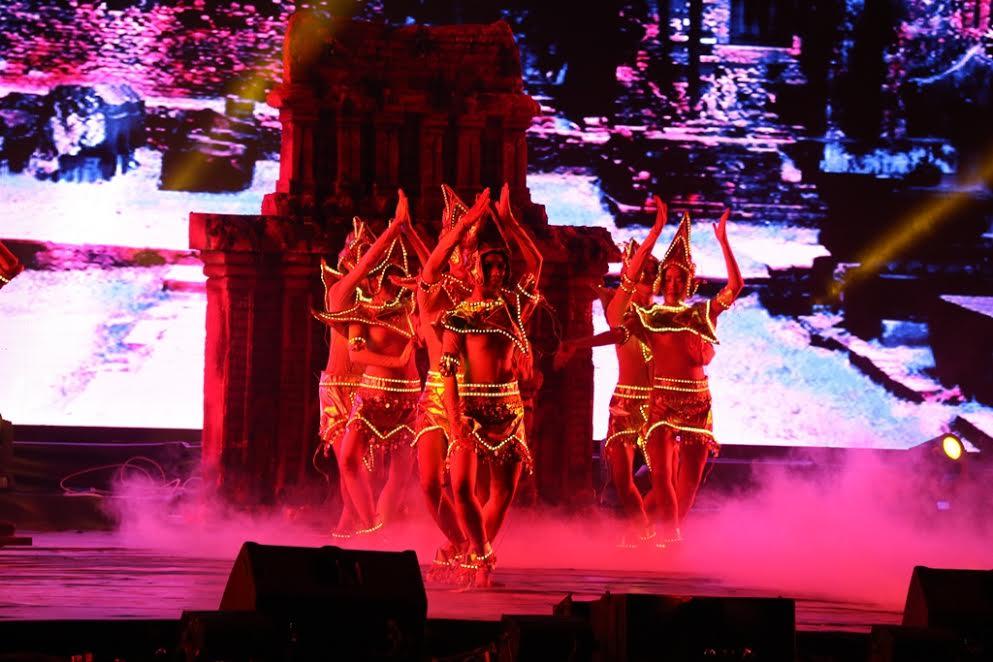 Tiết mục múa Chăm độc đáo được sân khấu hóa trong lễ bế mạc