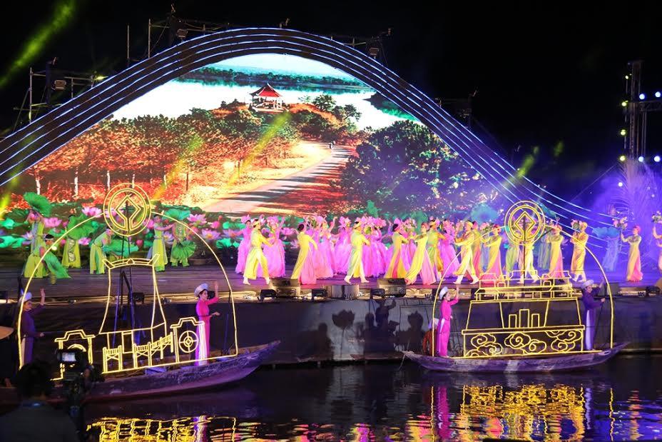 Sân khấu được dựng ngay trên sông Hoài, với hệ thống ánh sáng, trình chiếu hiện đại