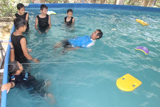Một giờ dạy bơi ở hồ bơi do tổ chức Swim Vietnam tài trợ tại Trường Tiểu học Mính Viên. Ảnh: D.LỆ