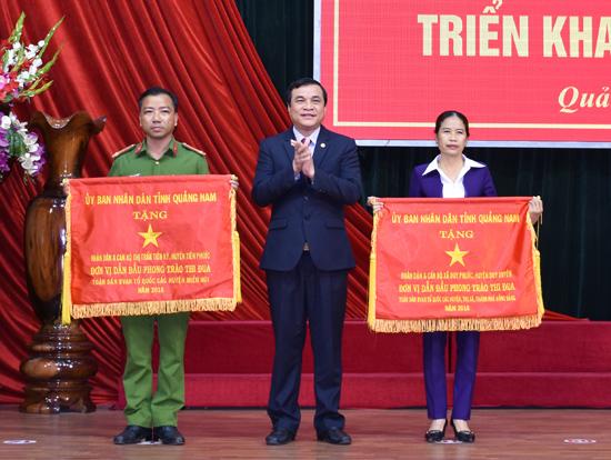 Đồng chí Phan Việt Cường - Phó Bí thư Thường trực Tỉnh ủy trao cờ thi đua xuất sắc cho các đơn vị dẫn đầu phong trào Toàn dân bảo vệ ANTQ năm 2016. Ảnh: MAI KIM