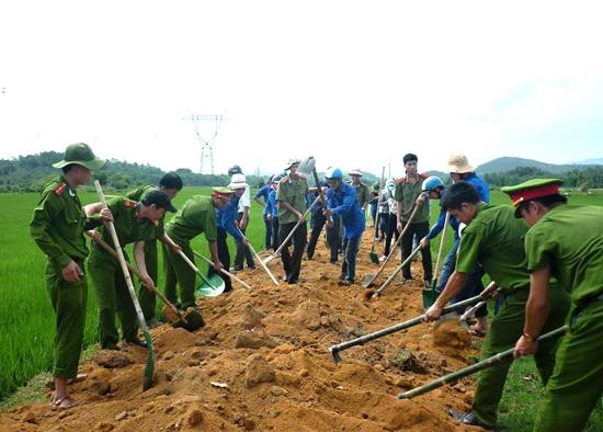 Cán bộ, chiến sĩ, đoàn viên thanh niên Phú Ninh ra quân làm đường giao thông nông thôn. Ảnh: VĂN CÔNG