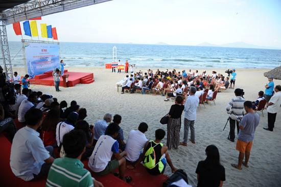 Lễ bế mạc giải đua thuyền buồm VN mở rộng và lướt ván buồm thế giới. Ảnh MINH HẢI