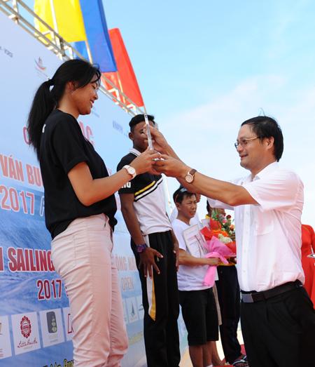 Chủ tịch Liên đoàn thuyền buồm Việt Nam trao biểu tượng cho nữ VĐV Trung Quốc đạt giải nhì. Ảnh MINH HẢI