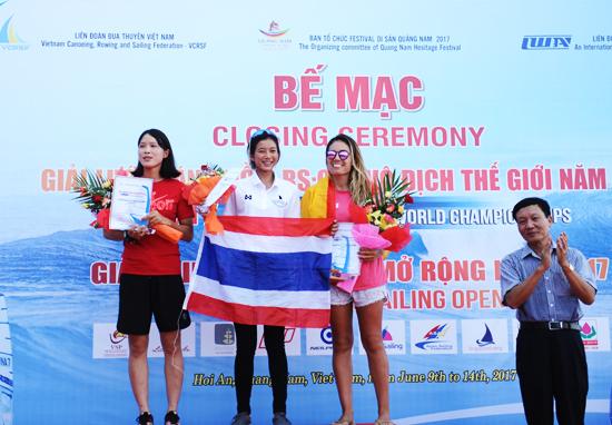 Phó Chủ tịch UBND tỉnh Trần Đình Tùng trao giải nhất giải lướt ván buồm vô địch thế giới, hạng mục nữcho vận động viên đến từ Thái Lan,