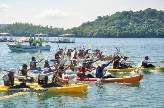 Đua thuyền kayak trên hồ Phú Ninh. Ảnh: AN NHI