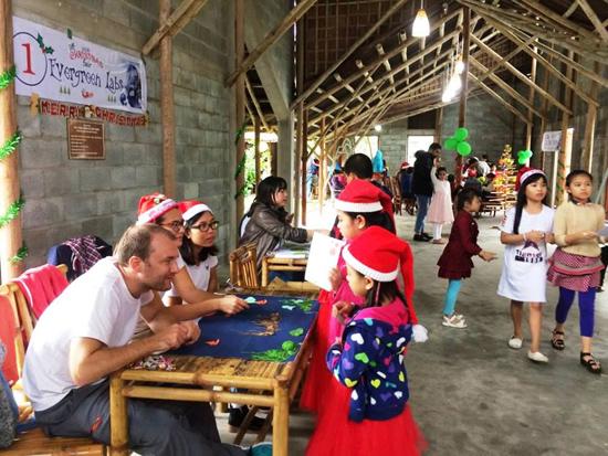 Hoạt động cộng đồng tại Nhà sinh hoạt cộng đồng Cẩm Thanh - một điểm nhấn của không gian du lịch sinh thái khi địa phương này đưa các tour tuyến du lịch Cẩm Thanh vào chương trình bán vé. Ảnh: L.QUÂN