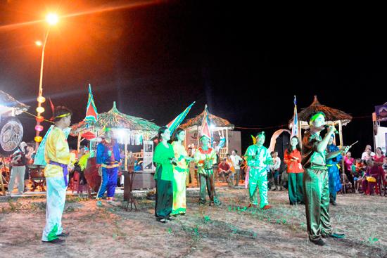 Liên hoan dân ca Bài chòi các tỉnh miền Trung được tổ chức ở biển Tam Thanh, Tp. Tam Kỳ trong khuôn khổ các hoạt động của Festival Di sản Quảng Nam lần thứ VI-2017. Ảnh: THÀNH CÔNG