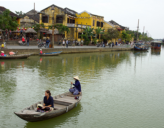 Du khách dạo chơi bằng thuyền trên sông Hoài.Ảnh: PHƯƠNG THẢO