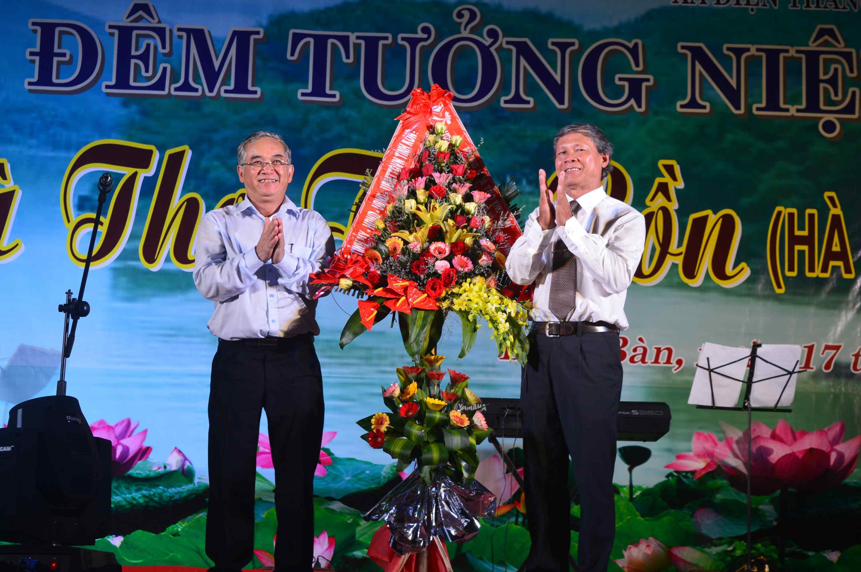 Lãnh đạo tỉnh Kon Tum cũng có lẵng hoa gửi đến gia tộc nhà thơ Thu Bồn. Ảnh: Q.T