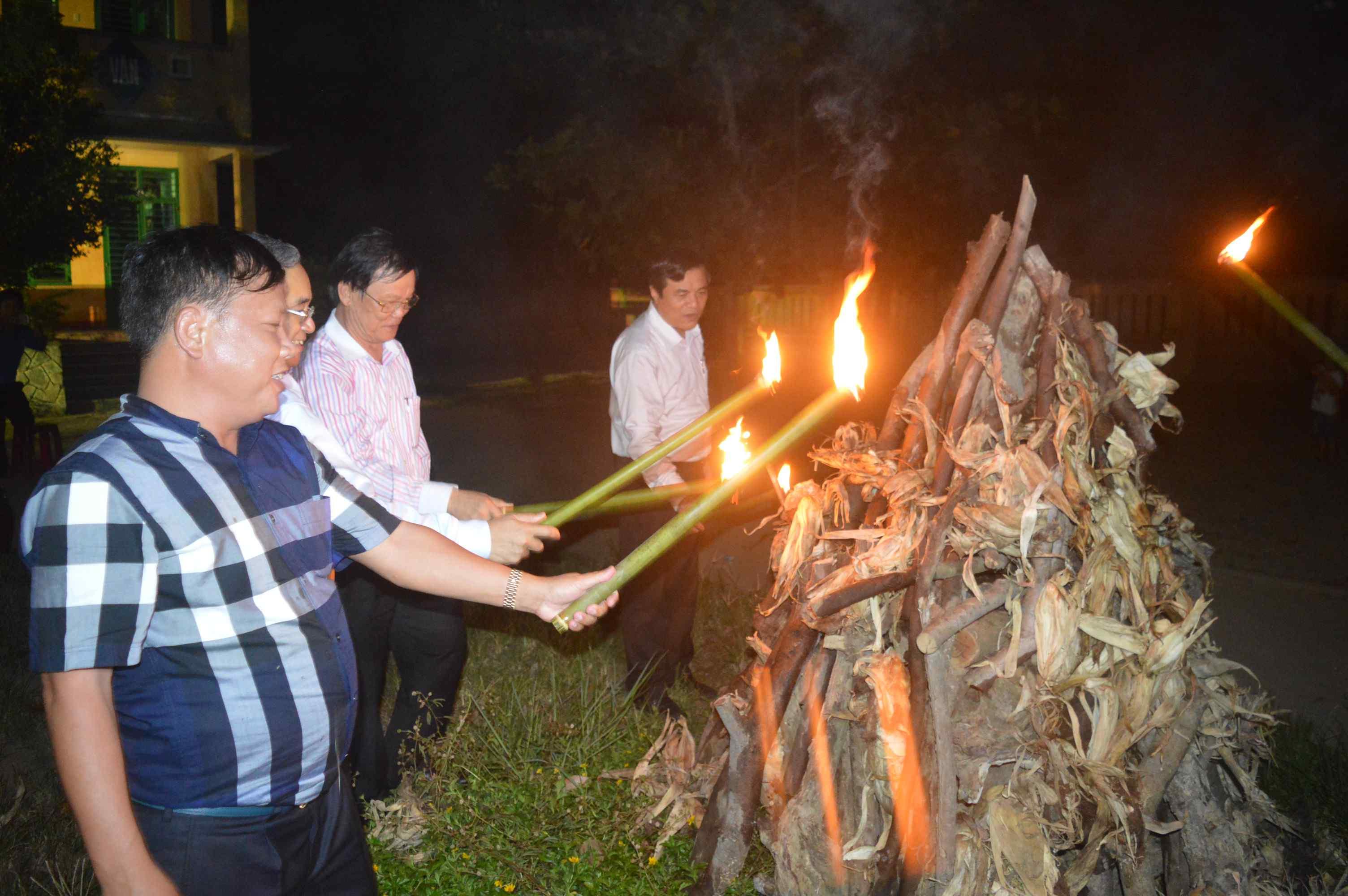 Thực hiện nghi thức châm lửa từ đuốc để bắt đầu vũ điệu cồng chiêng Tây Nguyên. Ảnh: Q.T