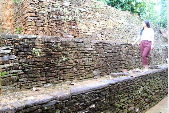 Một góc bờ vườn chất ba tầng đá ở xóm Bàu             (Tiên Cảnh).