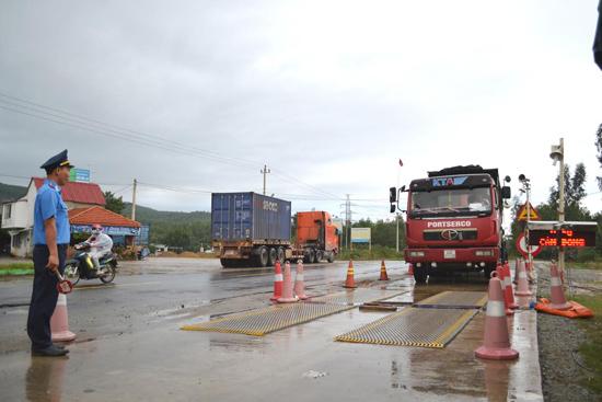 Thanh tra Sở GTVT vận hành trạm cân lưu động trên QL14B. Ảnh: N.B