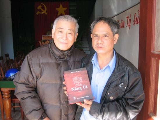 """Nhà văn Nguyễn Chí Trung tặng sách """"Tiếng khóc của nàng Út"""" cho người dân Tây Trà."""