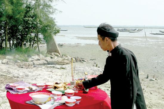 Lễ cúng trước khi ra khơi của ngư dân miền Trung. Ảnh: THÁI A