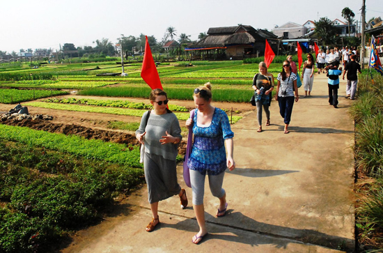 Khách du lịch tham quan, trải nghiệm tại làng rau Trà Quế. Ảnh: MINH HẢI