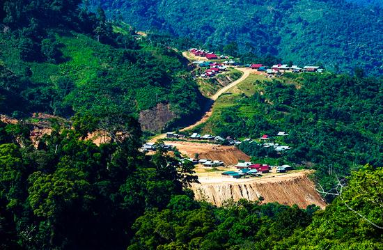 Dấu ấn văn hóa Cơ Tu thuộc huyện Tây Giang nhờ vào những ngôi làng được quy hoạch bài bản, đông dân cư sinh sống  như thế này.  Ảnh: TRẦN HỮU