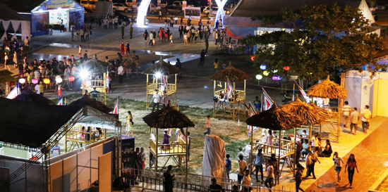 Không gian diễn xướng bài chòi tại Liên hoan hô hát bài chòi và trình diễn các di sản văn hóa phi vật thể đại diện của nhân loại, tổ chức ở Tam Thanh (TP.Tam Kỳ). Ảnh: THÀNH CÔNG