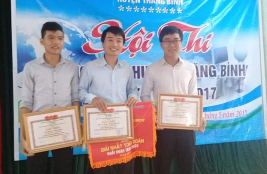Anh Vũ (đứng giữa) tại Hội thi tin học trẻ huyện Thăng Bình lần thứ V năm 2017. Ảnh: T.S