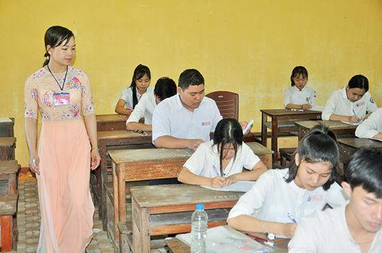 Thí sinh tại điểm thi Trường THPT Trần Cao Vân (Tam Kỳ). Ảnh: X.PHÚ