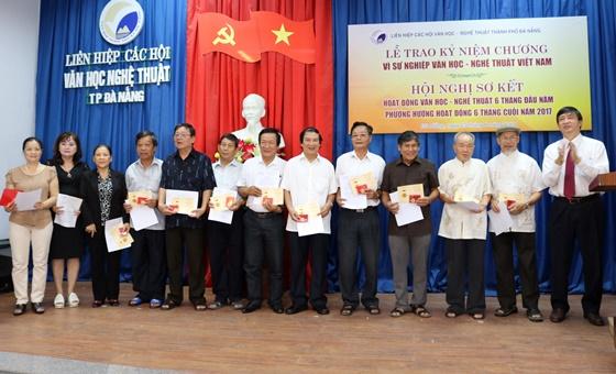 Nhiều văn nghệ sỹ đã được nhận kỷ niệm chương Vì sự nghiệp văn học nghệ thuật Việt Nam