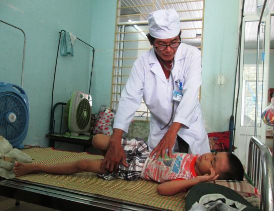 Bệnh nhân bị sốt xuất huyết đang điều trị tại Trung tâm Y tế huyện Duy Xuyên (Ảnh chụp sáng qua 26.6).Ảnh: HOÀI NHI