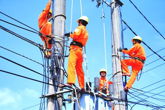 PC Quảng Nam tiếp tục triển khai các công trình cải tạo lưới điện theo kế hoạch nhằm tăng khả năng cung cấp điện cho nhu cầu phụ tải. Ảnh: T.L