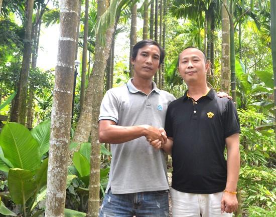 Le Bình Ninh (left) và Peng Hu under areca trees in Tien Phuoc district
