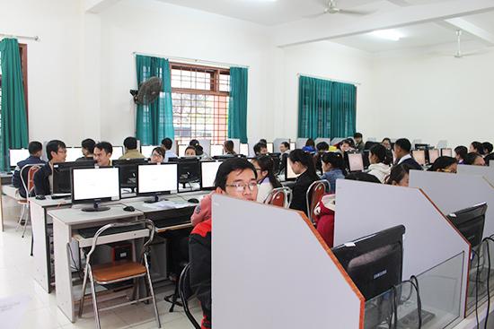 Trong một phòng thi trước giờ diễn ra các môn thi trắc nghiệm trên máy tính. Ảnh: VĂN HÀO