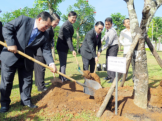 Members of National Assembly of Laos and Vietnam plant trees at the Monument of Vietnamese Heroic Mother.