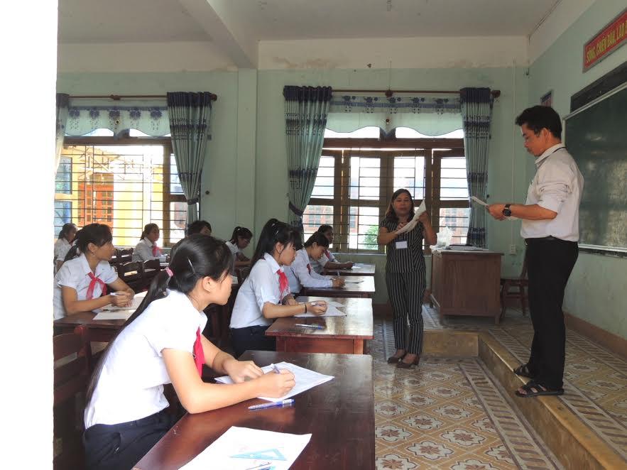 Hướng dẫn thí sinh ghi thông tin, làm bài trên giấy thi.