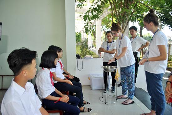 Các em học sinh tham gia giao lưu tiếng Anh.