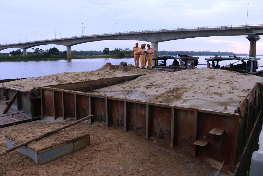 Hai tàu cát hút trộm gần 150 m3 cát bị lực lượng CSGT phát hiện, tạm giữ vào sáng ngày 5.7. Ảnh: T.C