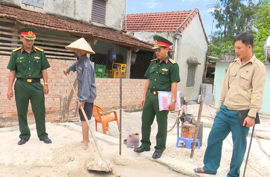 Ban CHQS huyện Thăng Bình kiểm tra tiến độ xây dựng nhà tình nghĩa tại xã Bình Sa.Ảnh: D.LÊ