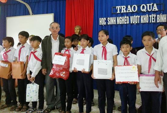 Các em học sinh nghèo hiếu học nhận học bổng của Hội đồng hương xã Điện Phước tại TP.Hồ Chí Minh. Ảnh: N.T