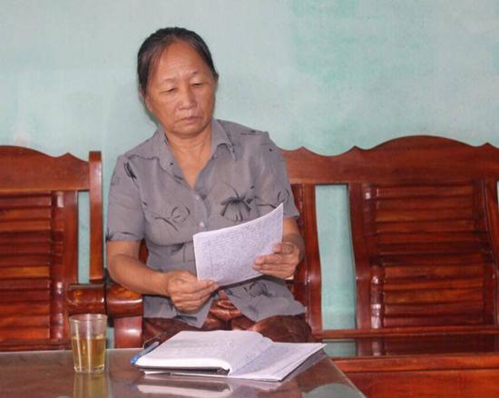 Bà Nguyễn Thị Tân - người dân địa phương kể chuyện về đội du kích thiếu niên xóm Rừng năm xưa.