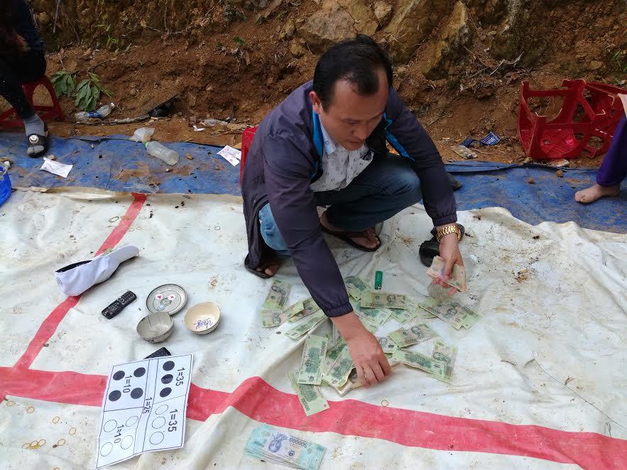 Công an huyện đang kiểm tra tang vật thu giữ tại sòng bạc