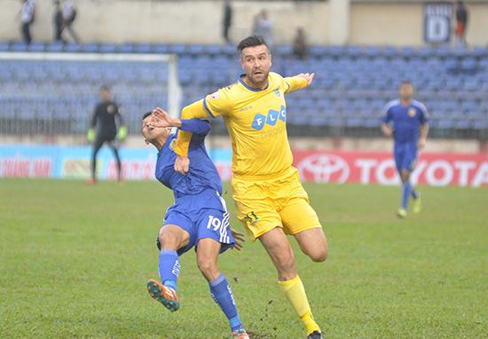 Trung vệ Van Bakel (bên phải) cùng FLC Thanh Hóa đang bay cao trên đầu bảng xếp hạng.